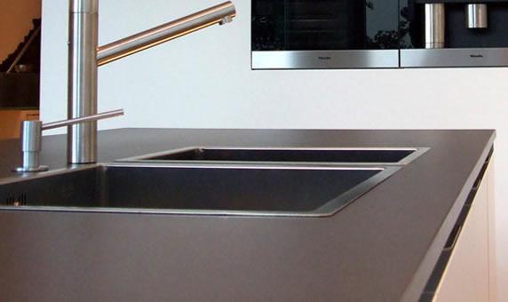 Ideas encimeras de cocina granito y silestone Cocina blanca encimera granito negra
